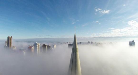 Esta foto de Ricardo Matiello muestra la torre de la catedral de Maringa en Brasil durante una mañana nublada.