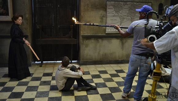 """Isabel Santos durante la filmación de una escena. Foto tomada del sitio de """"Cuba Libre""""."""