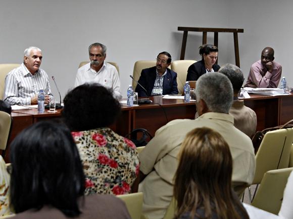 Tercera jornada del trabajo en Comisiones de la Asamblea Nacional del Poder Popular. El doctor Jorge González preside la la Comisión de Salud y Deporte. Foto: José Raúl Concepción/ Cubadebate.