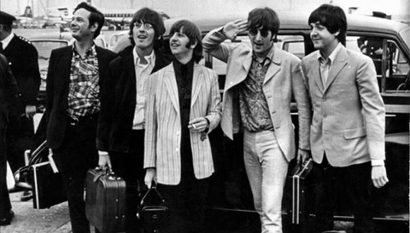 El grupo The Beatles junto a su manager, Brian Epstein. Foto: EFE / Archivo