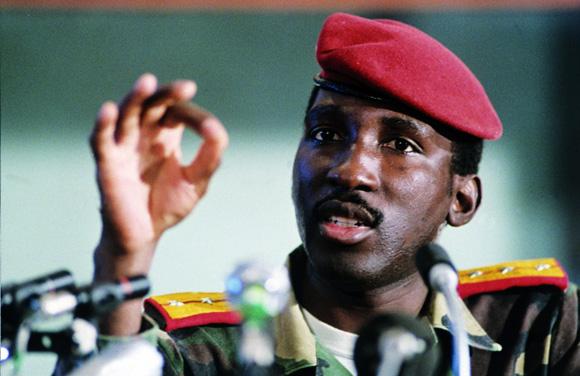 Thomas Sankara (1949-1987) gobernó en Burkina Faso entre 1983 y 1987, año en que otro golpe de estado lo mataría. Foto tomada de La Radio del Sur.