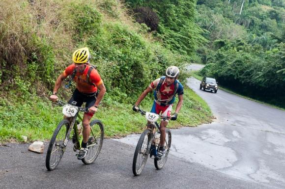 Alejandro Tamayo (136) y José Mojica (147) escalan durante la tercera etapa Soroa-Viñales (119 km) de la Titán Tropic Cuba de ciclismo de montaña el martes 8 de diciembre de 2015. FOTO de Calixto N. Llanes.