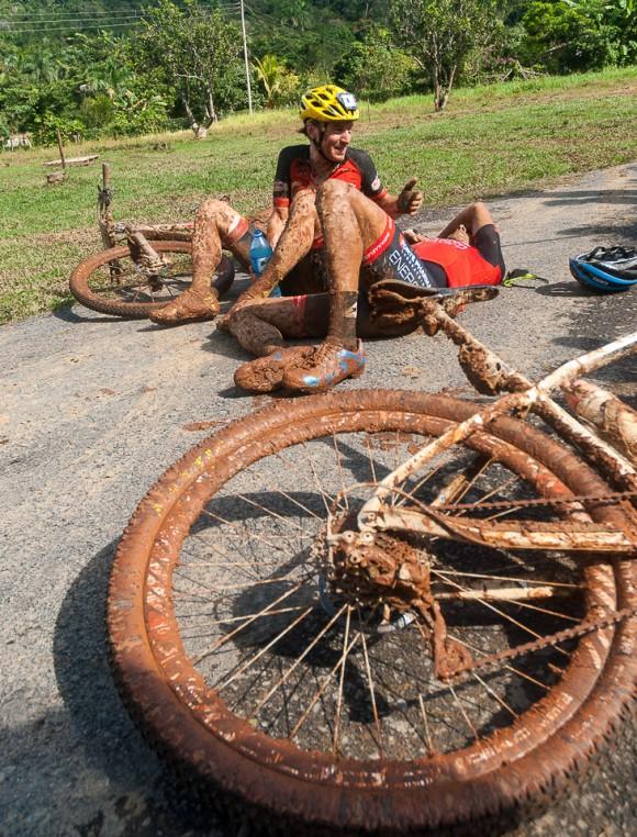 Ciclistas toman un aire tras concluir la cuarta etapa Viñales-Viñales (73 km) de la Titán Tropic Cuba de ciclismo de montaña el miércoles 9 de diciembre de 2015. FOTO de Calixto N. Llanes/Juventud Rebelde (CUBA)