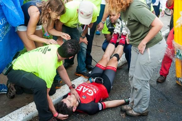 Médicos asisten al ciclista Tony Pérez quien sufrió un desmayo antes de arrancar la tercera etapa Soroa-Viñales (119 km) durante la Titán Tropic Cuba de ciclismo de montaña el martes 8 de diciembre de 2015. FOTO de Calixto N. Llanes (CUBA)
