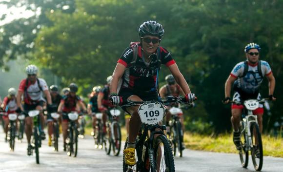 Pelotón compacto rueda en el inicio de la tercera etapa Soroa-Viñales (119 km) durante la Titán Tropic Cuba de ciclismo de montaña el martes 8 de diciembre de 2015. FOTO de Calixto N. Llanes.