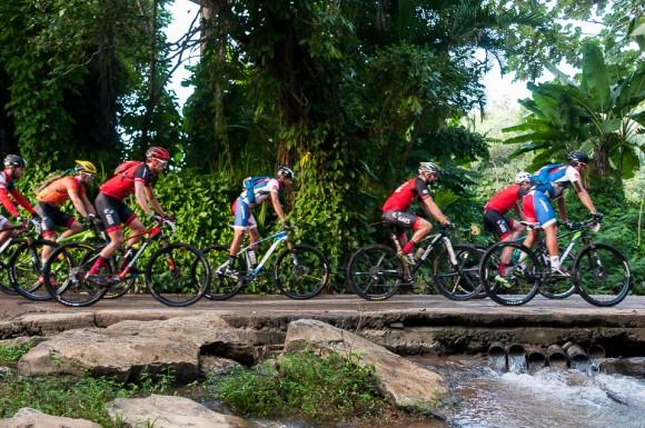 Ciclistas pedalean durante cuarta etapa Viñales-Viñales (73 km) de la Titán Tropic Cuba de ciclismo de montaña el miércoles 9 de diciembre de 2015. FOTO de Calixto N. Llanes/Juventud Rebelde (CUBA)