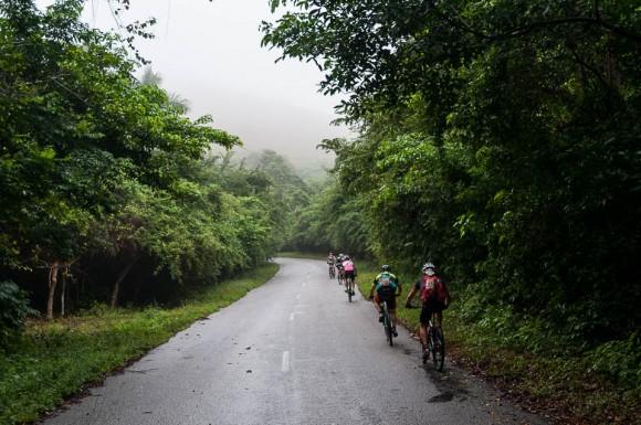Ciclista escalan la empinada loma de Soroa en la tercera etapa Soroa-Viñales (119 km) durante la Titán Tropic Cuba de ciclismo de montaña el martes 8 de diciembre de 2015. FOTO de Calixto N. Llanes.