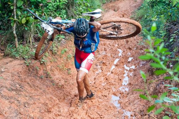 Ciclistas cubana Olga Echenique carga su bici en un tramo difícil de  la cuarta etapa Viñales-Viñales (73 km) de la Titán Tropic Cuba de ciclismo de montaña el miércoles 9 de diciembre de 2015. FOTO de Calixto N. Llanes/Juventud Rebelde (CUBA)