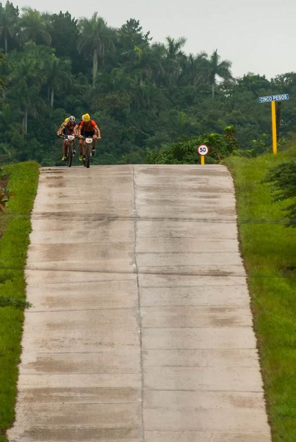 Grupo de cuatro ciclistas escapados ruedan la tercera etapa Soroa-Viñales (119 km) durante la Titán Tropic Cuba de ciclismo de montaña el martes 8 de diciembre de 2015. FOTO de Calixto N. Llanes.