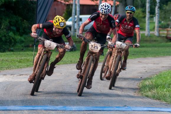 Ibon Zugasti #2 y Francisco Salamedo #125 atacan la línea de meta durante la cuarta etapa Viñales-Viñales (73 km) de la Titán Tropic Cuba de ciclismo de montaña el miércoles 9 de diciembre de 2015. FOTO de Calixto N. Llanes/Juventud Rebelde (CUBA)