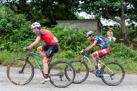 Francisco Salamedo (izquierda) y José Mojica escalan durante la tercera etapa Soroa-Viñales (119 km) de la Titán Tropic Cuba de ciclismo de montaña el martes 8 de diciembre de 2015. FOTO de Calixto N. Llanes (CUBA