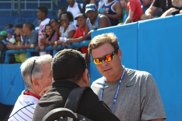 Tony Castro conversa con periodistas cubanos.