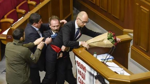 Otra de las disputas en el Parlamento ucraniano.Foto ttomada de 20 Minutos