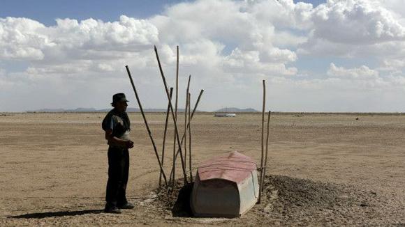Un lago de 2.337 kilómetros cuadrados de extensión ahora está reducido a unos pocos humedales. Foto: Reuters.