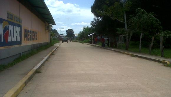 Unica calle de La Esmeralda, cabecera del municipio Alto Orinoco.