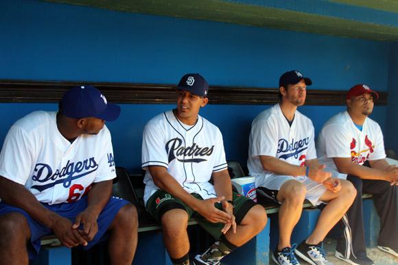 De izq. a der.Yasiel Puig, Jon Jay, Clayton Kershaw y Brayan Peña en el banco de Home Club del estadio Latinoamericano.