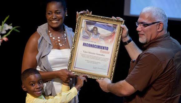Yipsi Moreno recibió el reconocimiento de varias organizaciones nacionales y de Camagüey. En la foto con el presidente del INDER Antonio Becali. Foto: Ismael Francisco/Cubadebate