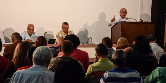 Comisión de Industria Construcción y Energía, en el VI periodo de sesiones de la VIII legislatura de la Asamblea Nacional del Poder Popular, que sesiona en el Palacio de Convenciones, en La Habana, Cuba, el 26 de diciembre de 2015. Foto: Marcelino Vázquez Hernández / ACN / Cubadebate