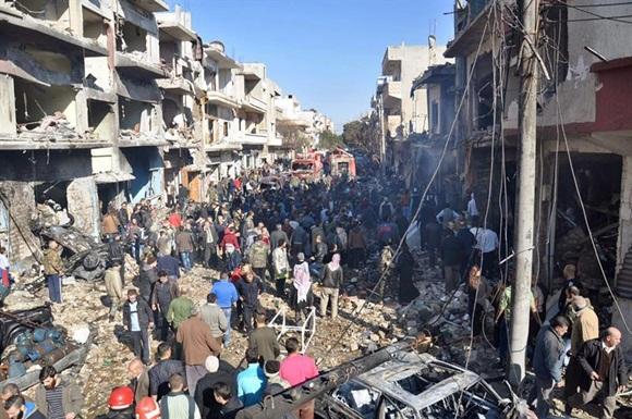 El Estado Islámico revindica un doble atentado en un hospital sirio con 150 kilos de explosivos.