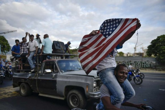 Un grupo de opositores festejan la jornada electoral con banderas de EE.UU por las calles de Caracas el 6 de diciembre de 2015. Foto: Carlos Becerra/ Bloomberg