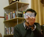 Steve Mud muestra el billete plástico candiense.