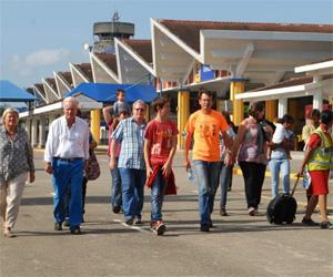Los pasajeros del vuelo de Air France abandonan el avión, que tuvo que aterriazr en el Aeoropuerto Internacional Moi de Mombassa en Kenia.