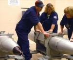 Técnicos estadounidenses examinan una bomba nuclear B61, con un poder destructivo 80 veces mayor que la bomba utilizada en Hiroshima (Japón) en la II Guerra Mundial.