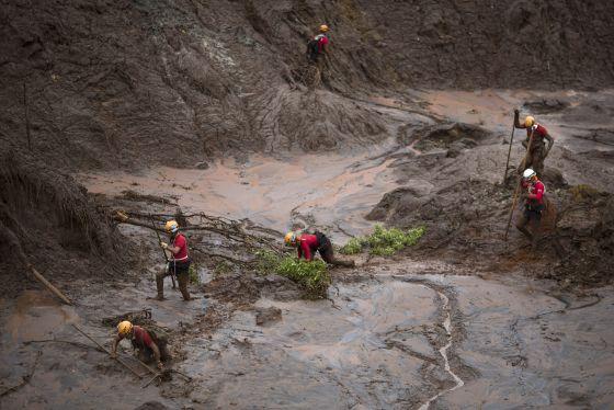 Rescatistas trabajan luego de la avalancha.  Foto: F. Dana/AP.