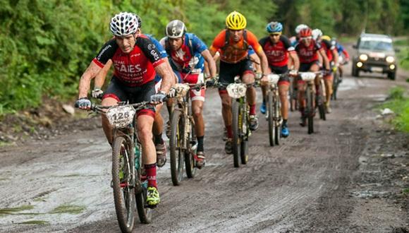 Ciclistas recorren la segunda etapa Las Terrazas-Soroa (82,6 km) durante la Titán Tropic Cuba de mountain bike el lunes 7 de diciembre de 2015. FOTO de Calixto N. Llanes.