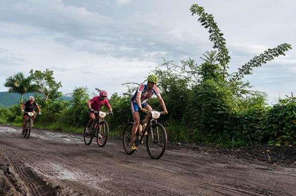 Ciclistas recorren la segunda etapa Las Terrazas-Soroa (82,6 km) durante la Titán Tropic Cuba de mountain bike el lunes 7 de diciembre de 2015. FOTO de Calixto N. Llanes