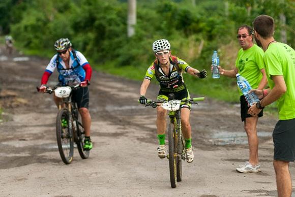 Mirieia Barbera pide agua en el primer punto de hidratación de la segunda etapa Las Terrazas-Soroa (82,6 km) durante la Titán Tropic Cuba de mountain bike el lunes 7 de diciembre de 2015. FOTO de Calixto N. Llanes