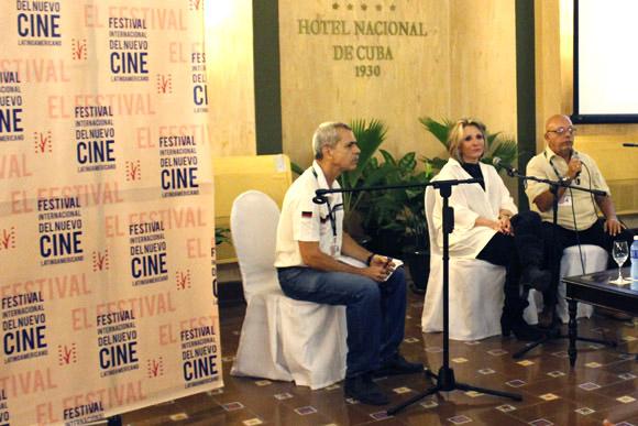 El moderador Alberto ramos y el traductor Miguel Ángel acompañan a Sheila Nevins en la Clase Magistral impartida en el Hotel Nacional en el Festival de Cine. Foto: Paola/Cubadebate.