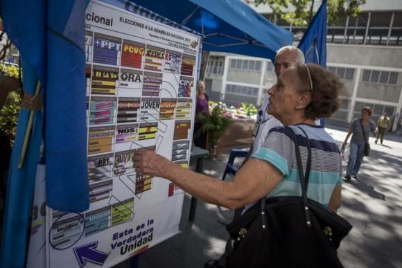 """El secretario general de la Unión de Naciones Suramericanas (Unasur), el expresidente colombiano Ernesto Samper, invitó hoy a los venezolanos a votar """"de forma pacífica y masiva"""" en las elecciones para designar a los parlamentarios para el período 2016-2021."""