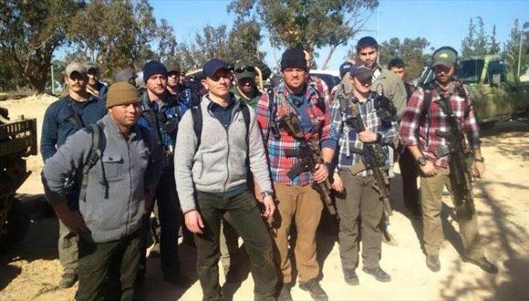 Comandos estadounidenses con rifles de asalto sobre sus hombros, desplegados en la base aérea de Al-Watiya en Libia. (Foto: HispanTV)