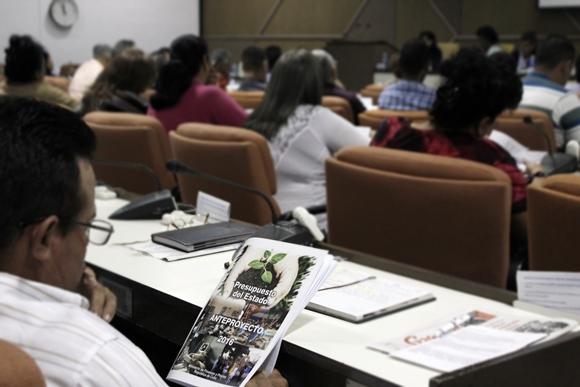 Durante la tercera jornada de la Asamblea Nacional del Poder Popular, todos los diputados, desde sus respectivas comisiones, analizaron el anteproyecto del presupuesto estatal para 2016. Foto: José Raúl Concepción/Cubadebate.