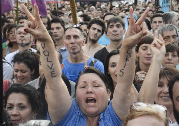 """""""Volvé Cris"""", le dicen los argentinos a su antigua presidenta. Foto: Kaloian/Cubadebate."""