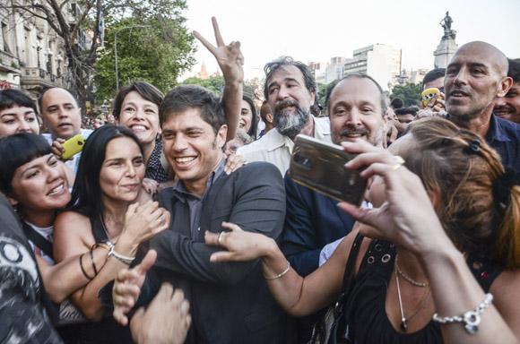 El ex ministro de Economía y actual diputado nacional, Axel Kicillof y Martín Sabbatella, presidente de La Autoridad Federal de Servicios de Comunicación Audiovisual (AFSCA) recibieron el respaldo de la multitud al ser ovacionados. Foto: Kaloian/Cubadebate.