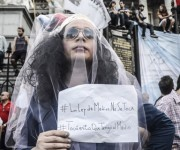 La personificación de la censura marcha en defensa de la Ley de Medios en Aregntina. Foto: Kaloian/Cubadebate.