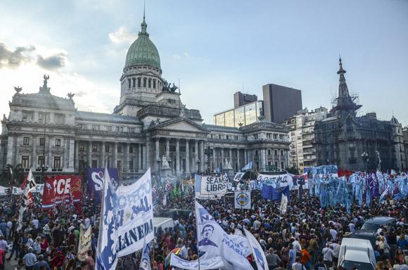 """""""La ley de medios no se toca"""", le dicen los argentinos a Mauricio Macri. Foto: Kaloian/Cubadebate."""