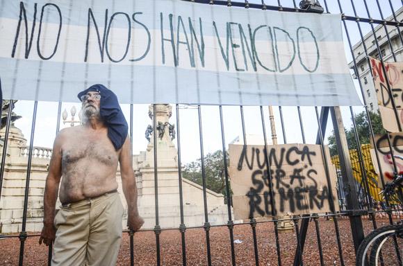 A camisa quitada le exigen a Macri respeto por la Ley de Medios. Foto: Kaloian/Cubadebate.