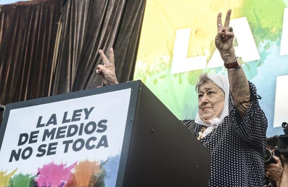 La presidenta de Madres de Plaza de Mayo, Hebe de Bonafini, alza las manos en la tribuna en defensa de la Ley de Medios. Foto: Kaloian/Cubadebate.