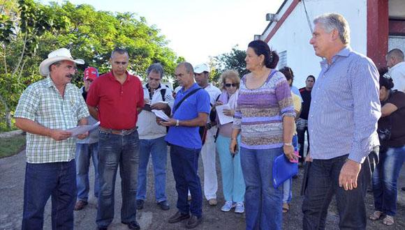 El priner vicepresidente cubano, Miguel Díaz-Canel, recorre Empresa Genética de Matanzas. Foto: Periódico Girón.