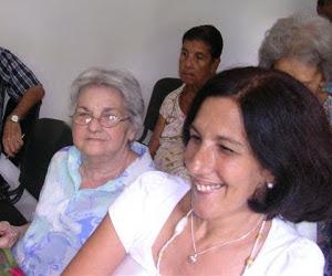 Eloína junto a su hija Alba, en uno de los homenajes al poeta.