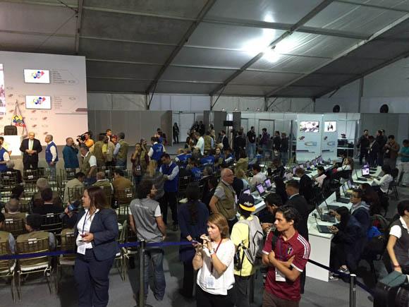 Esperando los resultados de la CNE. Foto: Lucía Córdoba/Telesur.