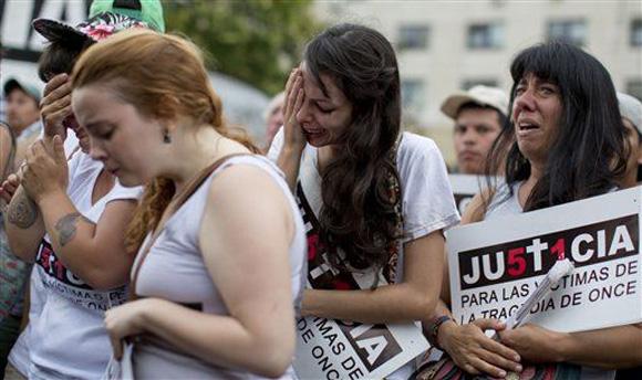 Familiares de las víctimas del accidente de tren en la estación Once de Argentina, lloran emocionados al escuchar la sentencia. Foto: Natacha Pisarenko/AP.