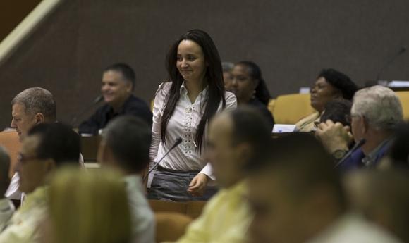 Esteban Lazo, presidente de la Asamblea, pidió a Jennifer que subiera a ocupar su puesto como miembro del Consejo de Estado. Foto: Ismael Francsico/Cubadebate.