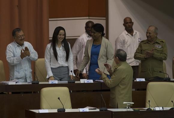 El resto de los miembros del Consejo de Estado, incluido el presidente Raúl, felicitaron a Jennifer, mientras recibía la ovación de todo el Plenario. Foto: Ismael Francisco/Cubadebate.