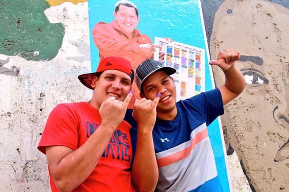 Jóvenes a las afueras de las urnas. Foto: Rolando Segura/Telesur.