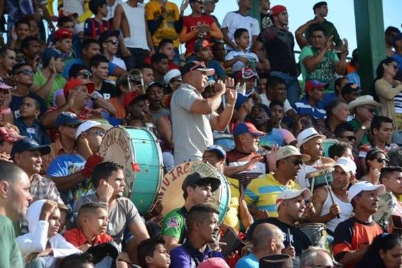 Público durante el Juego de los Veteranos Orientales y Occidentales, y las pruebas de habilidades, en el estadio Julio Antonio Mella, en la provincia de Las Tunas, el 12 de diciembre de 2015. ACN FOTO/Marcelino VAZQUEZ HERNANDEZ