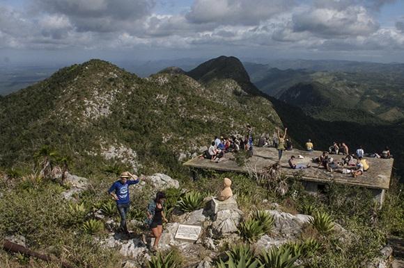 De a poco fueron llegando a la cima los 110 excursionistas.